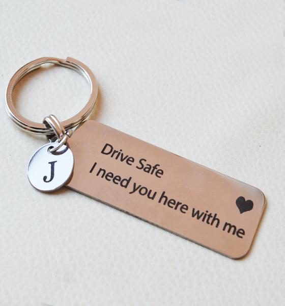 """Picture of Гравиран ключодържател с висулка буква """"Drive safe """""""